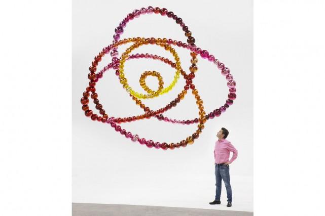 Jean-Michel Othoniel devant son oeuvreLe Noeud Pivoine, créée... (PHOTO ATELIER DE JEAN-MICHEL OTHONIEL, FOURNIE PAR LE MUSÉE DES BEAUX-ARTS DE MONTRÉAL)