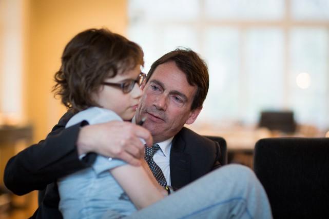 Pierre Karl Péladeau en compagnie de son fils... (PHOTO OLIVIER PONTBRIAND, ARCHIVES LA PRESSE)