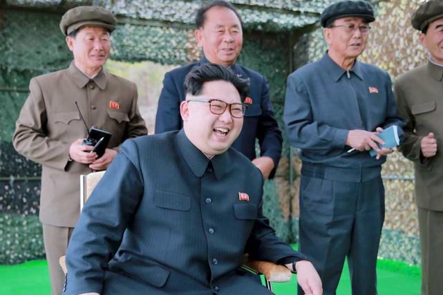 Kim Jong-un réagit avec enthousiasme aux essais de... (PHOTO ARCHIVES KCNA/REUTERS)
