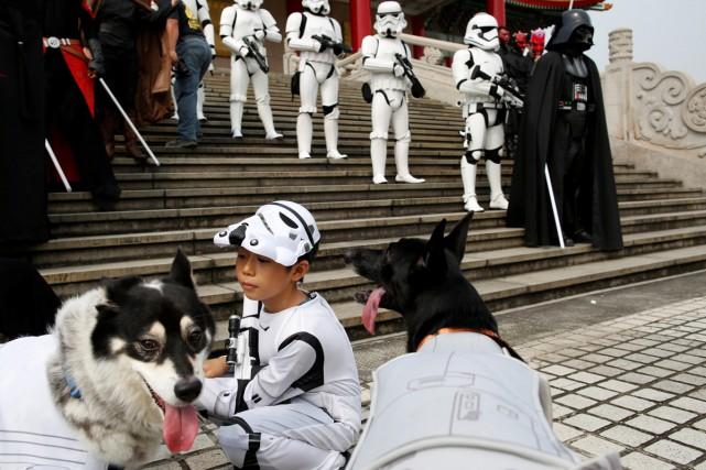 Un enfant se déguise en Stormtrooper dans le... (PHOTO REUTERS)