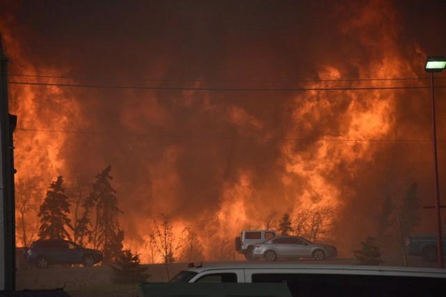Alors que l'immense feu de forêt de Fort McMurray fait des ravages, des... (Photo PC)