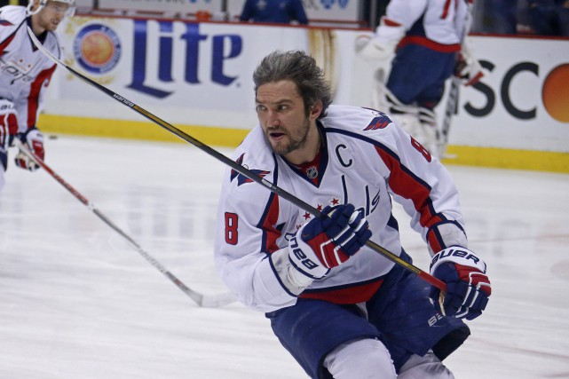 Le capitaine des Capitals, Alex Ovechkin, patine pendant... (PHOTO GENE J. PUSKAR, ASSOCIATED PRESS)