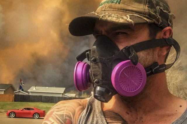 Masque à gaz au visage, Michel Asselin a... (Courtoisie, Michel Asselin)
