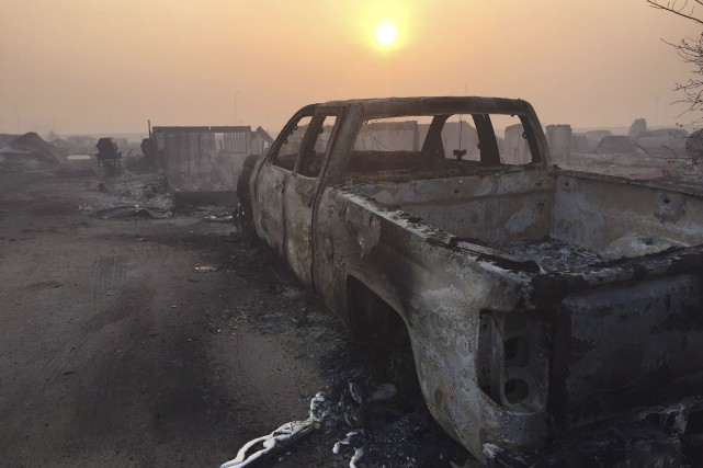 Un camion carbonisé git dans le secteur de... (Radio-Canada, Sylvain Bascaron)