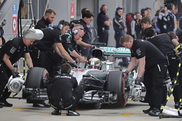 Lewis Hamilton, ci-dessus, connaît un début de saison... (AFP, Yuri Kochetkov)