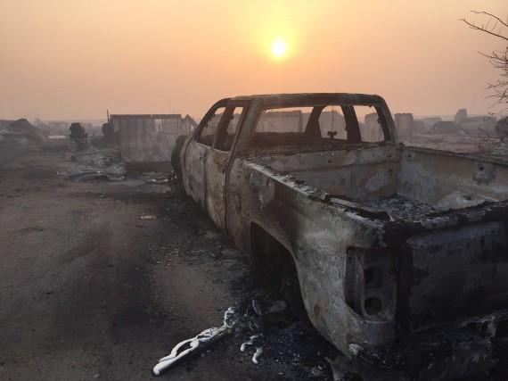 Un camion carbonisé git dans le secteur de... (La Presse Canadienne, Sylvain Bascaron)