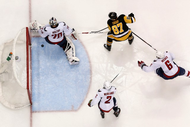 Braden Holtby est déjoué par le tir à... (Associated Press)