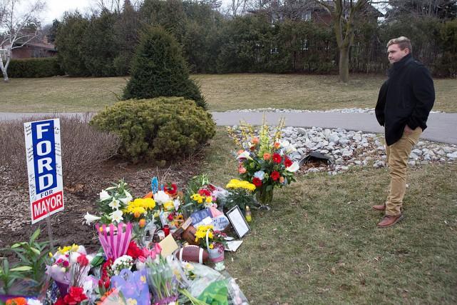 Le neveu de Rob Ford,Michael Ford, se recueille... (Photo Chris Young, archives PC)