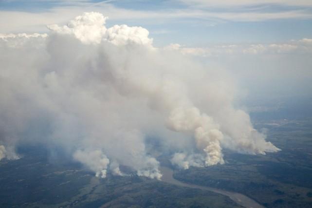 Le feu s'étend autour de Fort McMurray.... (La Presse Canadienne via AP, Jeff McIntosh)