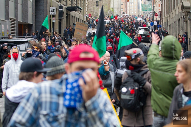 Des centaines d'étudiants et de citoyens ont manifesté... (PHOTO ALAIN ROBERGE, ARCHIVES LA PRESSE)