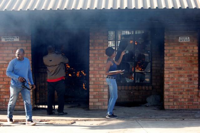 Des membres des médias prennent des photos d'une... (PHOTO SIPHIWE SIBEKO, REUTERS)