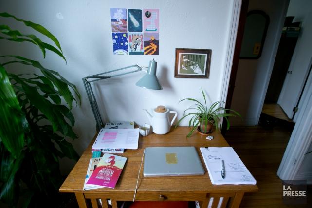 La table de travail deSarah Berthiaume... (PHOTO FRANÇOIS ROY, LA PRESSE)