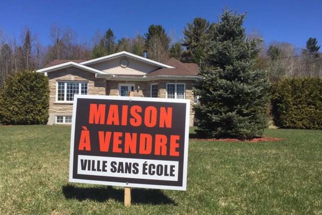Des citoyens de Val-des-Monts ont installé des affiches... (Facebook)
