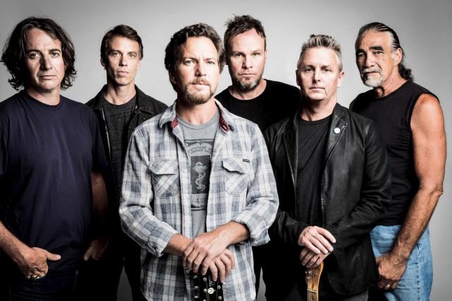 De gauche à droite: Stone Gossard, MattCameron, Eddie...
