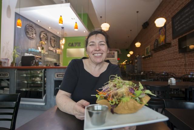 Sylvie Drouin, chef propriétaire du Café créatif Au... (Spectre Média, Julien Chamberland)