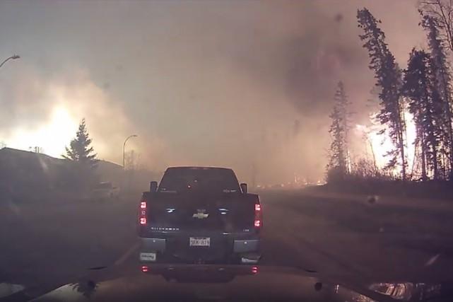 Un résidant de Fort McMurray ayant filmé son pénible trajet en camionnette pour... (Image tirée de la vidéo de Michel Chamberland/Facebook)