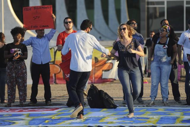 Des Brésiliens célèbrent le départ d'Eduardo Cunha, écarté... (AFP, Andressa Anholete)