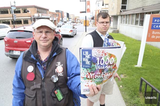 Bertrand Derome et Samuel Lapointe-Chayer vendent les magazines... (Janick Marois, La Voix de l'Est)