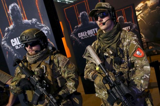 Des hommes déguisés en soldats font la promotion... (PHOTO KAI PFAFFENBACH, ARCHIVES REUTERS)