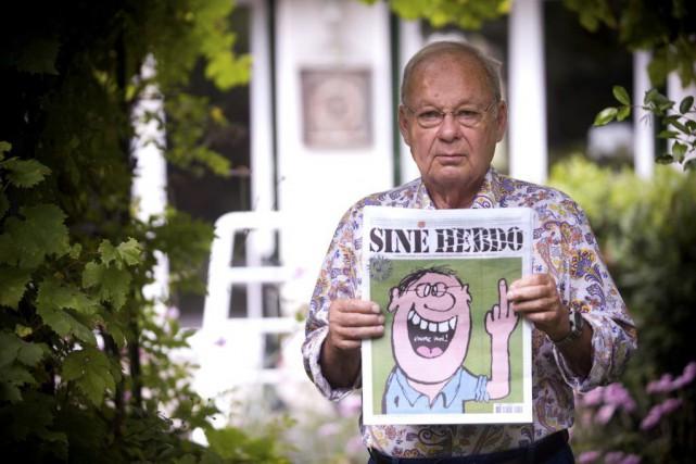 Siné, photographié avec son Siné Hebdo en septembre... (Archives AFP)