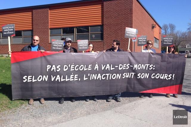 Des citoyens de Val-des-Monts attendaient Stéphanie Vallée devant... (Patrick Woodbury, LeDroit)