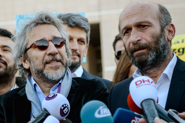 Les journalistes Can Dündar (à gauche) et Erdem... (PHOTO OZAN KOSE, ARCHIVES AFP)