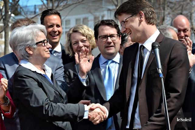 Agnès Maltais félicite le nouveau chef par intérim... (Le Soleil, Patrice Laroche)