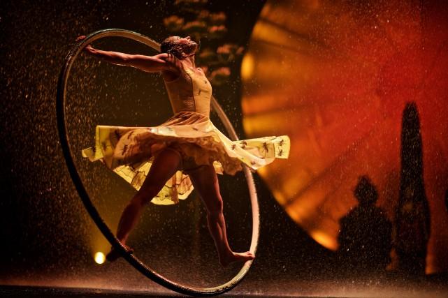 Les acrobates du Cirque du Soleil s'exécutent devant... (photo andré pichette, la prese)