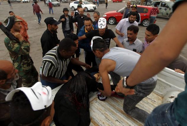 Une femme blessée par les tirs d'obus est... (Photo ABDULLAH DOMA, AFP)