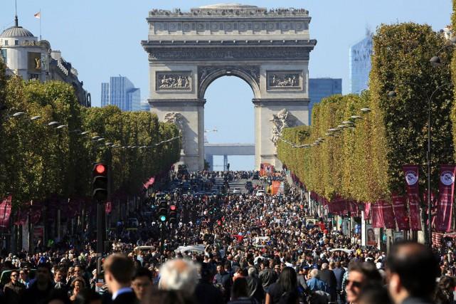 Se balader sur l'avenue des Champs-Élysées, sans le... (Archives AP, Thibault Camus)