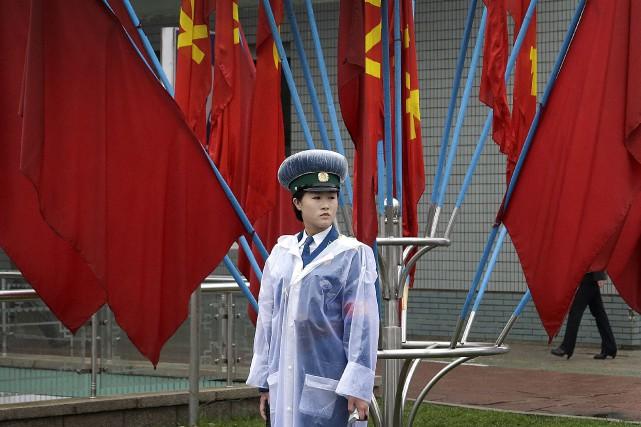 Une policière monte la garde à Pyongyang,devant des... (AP, Wong Maye-E)