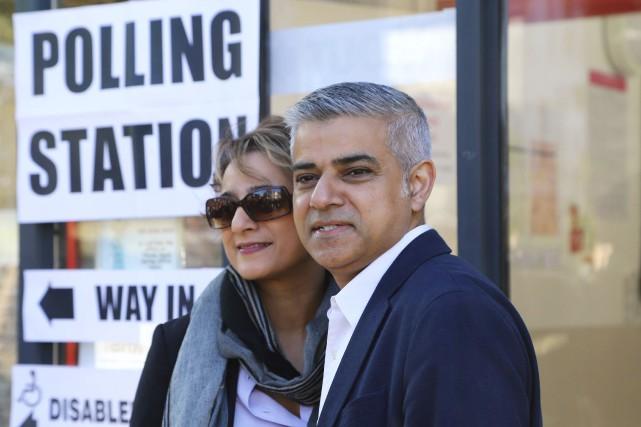 Sadiq Khan et sa femme Saadiya à la... (AP, Philip Gareth Fulller)