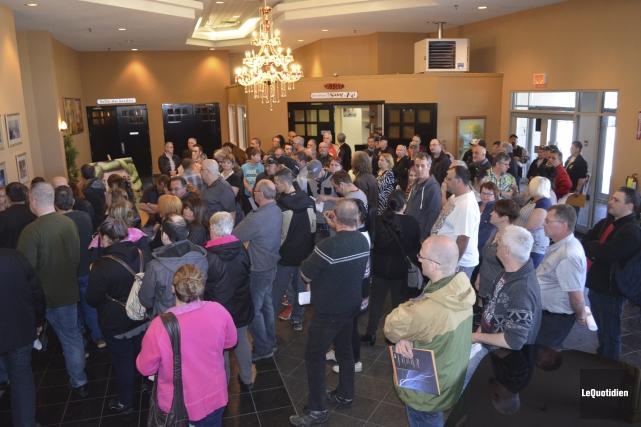 Avant l'ouverture des portes, près de 150 personnes... (Photo Le Quotidien, Louis Potvin)