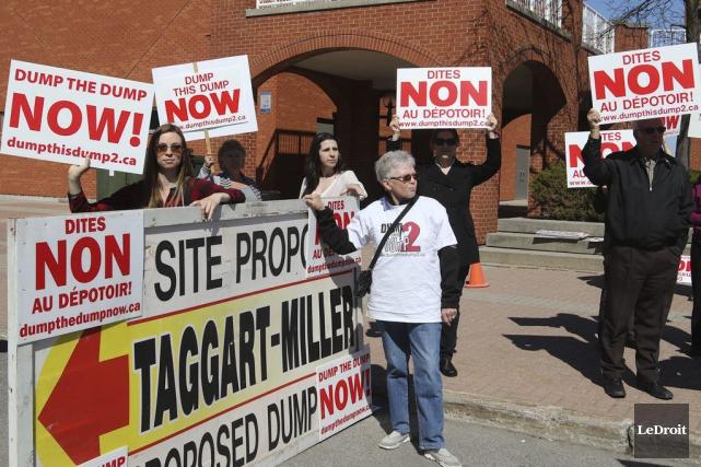 Des dizaines de citoyens ont manifesté leur opposition... (Patrick Woodbury, LeDroit)