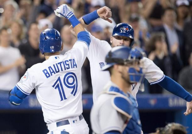 Josh Donaldson félicite Jose Bautista après que ce... (Frank Gunn, La Presse Canadienne)
