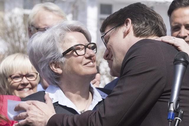 Agnès Maltais félicite Sylvain Gaudreault.... (Photo La Presse Canadienne, Jacques Boissinot)