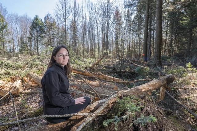 Geneviève Drouin déplore le déboisement d'une forêt de... (Spectre Média, Frédéric Côté)