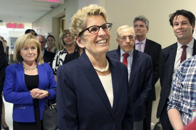 La première ministre Kathleen Wynne était entourée des...