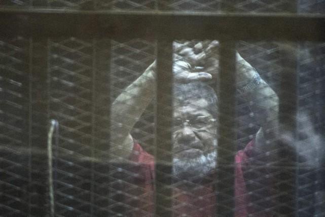 L'ex-président Morsi, destitué en juillet2013, a été déjà... (PHOTO KHALED DESOUKI, AFP)