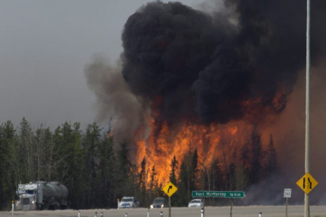 Vue de l'autoroute au sud de Fort McMurray,... (PHOTO JONATHAN HAYWARD, LA PRESSE CANADIENNE)
