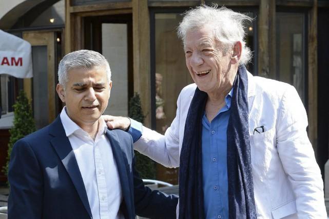 Les traits fatigués, le nouveau maire de Londres,... (AFP, JOHN STILLWELL)