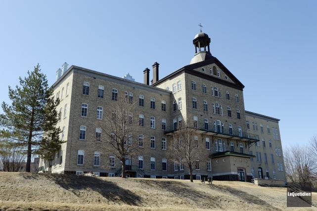 Cette partie du couvent donnant sur la rue... (Photo Le Quotidien, Jeannot Lévesque)
