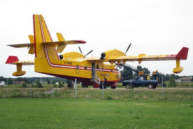 Le gouvernement possède six modèles Cl-215 et 8... (Archives, Le Progrès-dimanche)