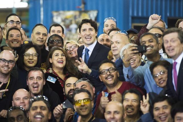 Justin Trudeau prend la pose avec des employés... (La Presse Canadienne)