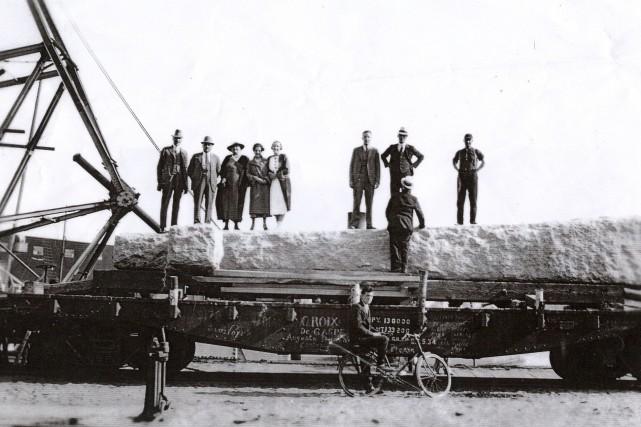 En 1934, l'imposante sculpture de granit est installée...
