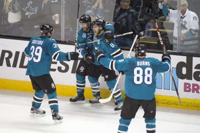 Joe Pavelski (8) célèbre l'un de ses deux... (PHOTO KYLE TERADA, USA TODAY)
