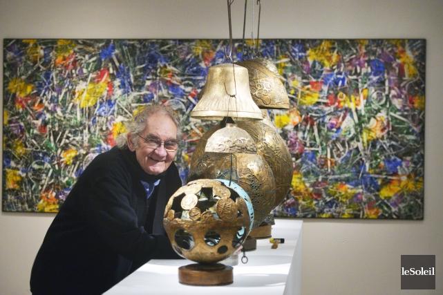 Aristide Gagnon devant ses sphères et ses cloches... (Le Soleil, Jean-Marie Villeneuve)