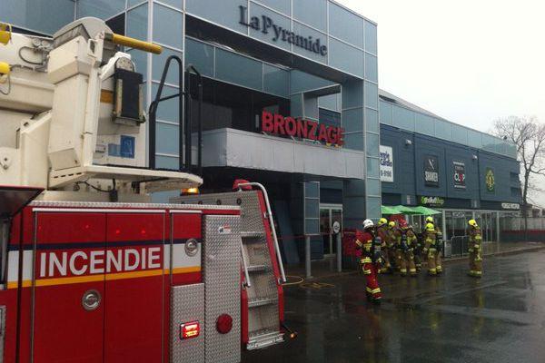 Une cinquantaine de pompiers ont été appelés sur... (Collaboration spéciale Jean-François Néron)