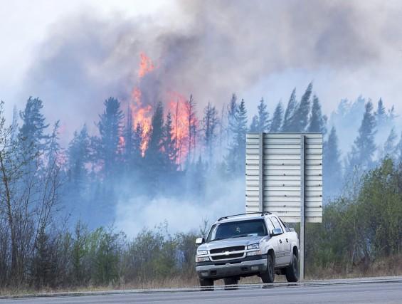 ÉDITORIAL / Cernée et attaquée par des incendies de forêt, Fort McMurray est... (La Presse Canadienne)