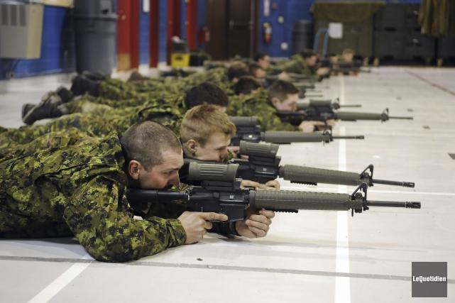 Les recrues du Régiment du Saguenay pratiquaient dimanche... (Photo Le Quotidien, Mariane L. St-Gelais)